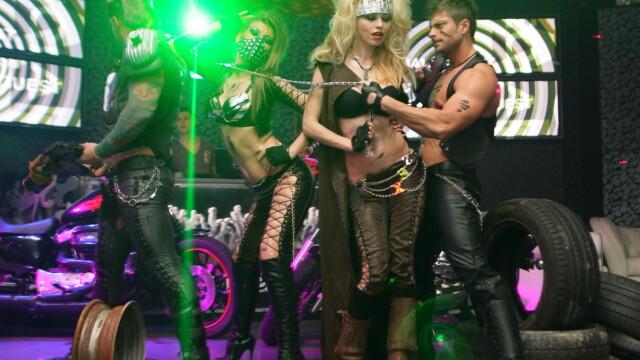 Pantaloni de piele, lanturi si motociclete. Vezi GALERIE FOTO de la o noapte de senzatie in club - Imaginea 2