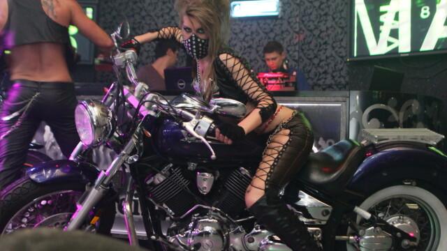 Pantaloni de piele, lanturi si motociclete. Vezi GALERIE FOTO de la o noapte de senzatie in club - Imaginea 5