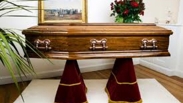 O femeie a gasit corpul unei alte persoane in sicriul mamei sale