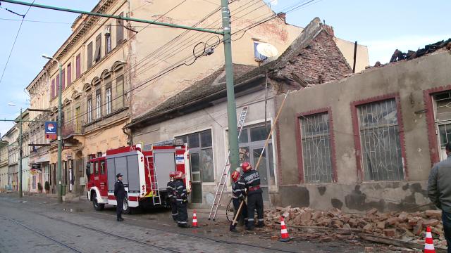 Acoperisul unei case din zona Pietei Traian s-a prabusit. Din fericire, nimeni nu a fost ranit - Imaginea 1