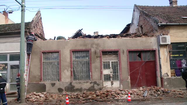 Acoperisul unei case din zona Pietei Traian s-a prabusit. Din fericire, nimeni nu a fost ranit - Imaginea 2