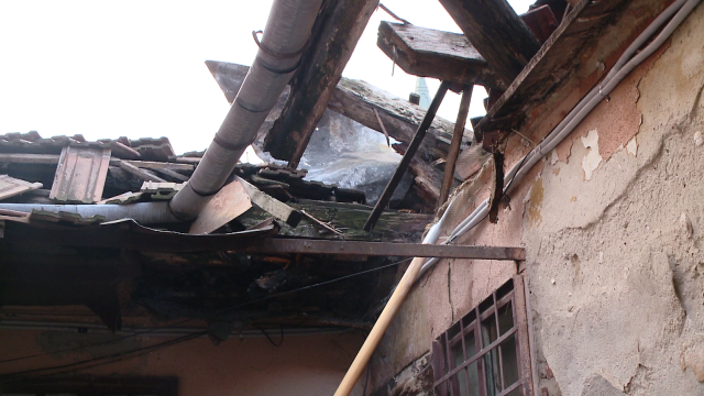 Acoperisul unei case din zona Pietei Traian s-a prabusit. Din fericire, nimeni nu a fost ranit - Imaginea 3