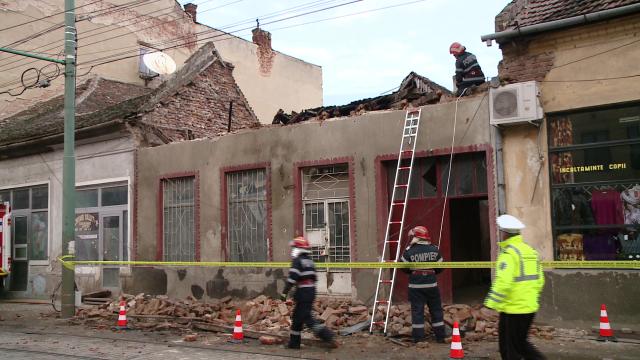 Acoperisul unei case din zona Pietei Traian s-a prabusit. Din fericire, nimeni nu a fost ranit - Imaginea 4