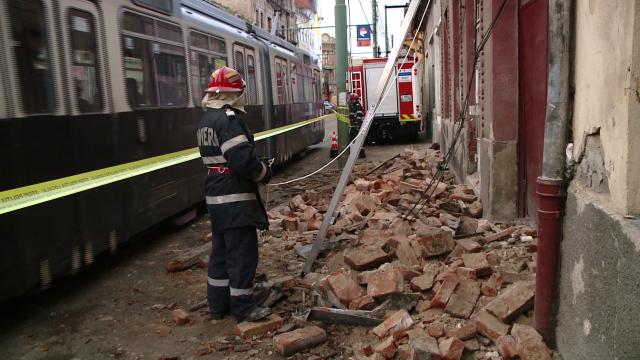 Acoperisul unei case din zona Pietei Traian s-a prabusit. Din fericire, nimeni nu a fost ranit - Imaginea 5