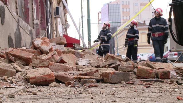 Acoperisul unei case din zona Pietei Traian s-a prabusit. Din fericire, nimeni nu a fost ranit - Imaginea 6