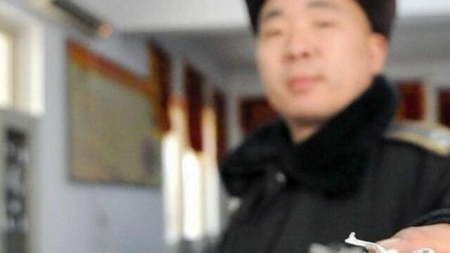 Descoperirea facuta de un politist chinez intr-un sac de nuci.