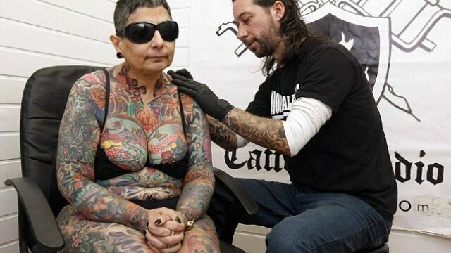 Motivul pentru care o femeie oarba si-a acoperit trupul cu tatuaje. \