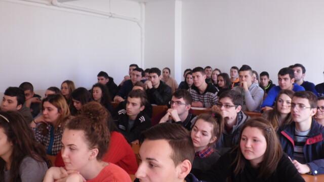 "Elevii din Arad au ""calatorit"" prin istoria radiocomunicatiilor. Au invatat cum este transmisa flacara olimpica, pe glob - Imaginea 1"