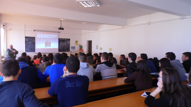 "Elevii din Arad au ""calatorit"" prin istoria radiocomunicatiilor. Au invatat cum este transmisa flacara olimpica, pe glob - Imaginea 2"