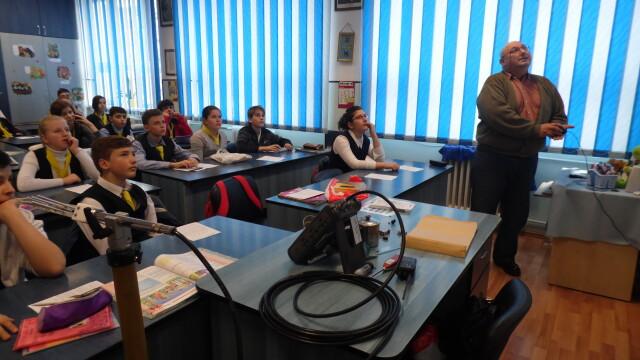 "Elevii din Arad au ""calatorit"" prin istoria radiocomunicatiilor. Au invatat cum este transmisa flacara olimpica, pe glob - Imaginea 4"