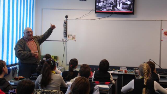 "Elevii din Arad au ""calatorit"" prin istoria radiocomunicatiilor. Au invatat cum este transmisa flacara olimpica, pe glob - Imaginea 5"