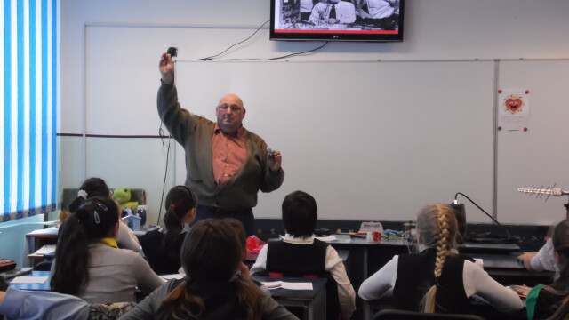 "Elevii din Arad au ""calatorit"" prin istoria radiocomunicatiilor. Au invatat cum este transmisa flacara olimpica, pe glob - Imaginea 7"