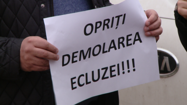 """Opriti demolarea ecluzei!"". Cativa timisoreni au protestat impotriva mutarii stavilarului descoperit in Piata 700. FOTO - Imaginea 1"