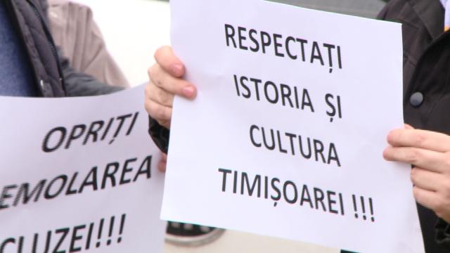 """Opriti demolarea ecluzei!"". Cativa timisoreni au protestat impotriva mutarii stavilarului descoperit in Piata 700. FOTO - Imaginea 2"