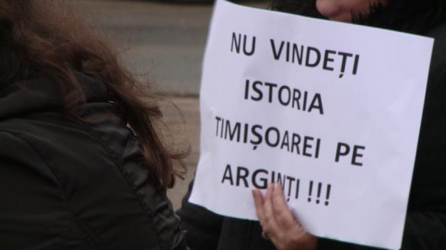 """Opriti demolarea ecluzei!"". Cativa timisoreni au protestat impotriva mutarii stavilarului descoperit in Piata 700. FOTO - Imaginea 3"