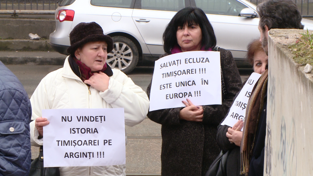 """Opriti demolarea ecluzei!"". Cativa timisoreni au protestat impotriva mutarii stavilarului descoperit in Piata 700. FOTO - Imaginea 6"