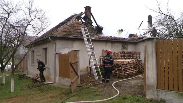 Incendiu la o casa din judetul Timis. Acoperisul a fost distrus aproape in intregime. FOTO - Imaginea 1