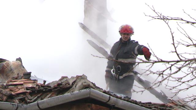 Incendiu la o casa din judetul Timis. Acoperisul a fost distrus aproape in intregime. FOTO - Imaginea 2