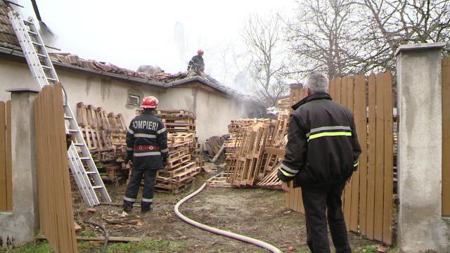 Incendiu la o casa din judetul Timis. Acoperisul a fost distrus aproape in intregime. FOTO - Imaginea 3