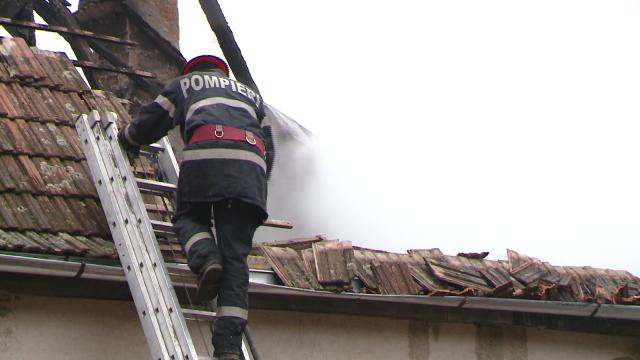 Incendiu la o casa din judetul Timis. Acoperisul a fost distrus aproape in intregime. FOTO - Imaginea 4