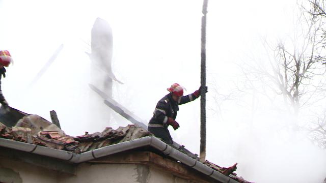 Incendiu la o casa din judetul Timis. Acoperisul a fost distrus aproape in intregime. FOTO - Imaginea 5