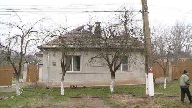 Incendiu la o casa din judetul Timis. Acoperisul a fost distrus aproape in intregime. FOTO - Imaginea 7