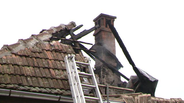 Incendiu la o casa din judetul Timis. Acoperisul a fost distrus aproape in intregime. FOTO - Imaginea 8