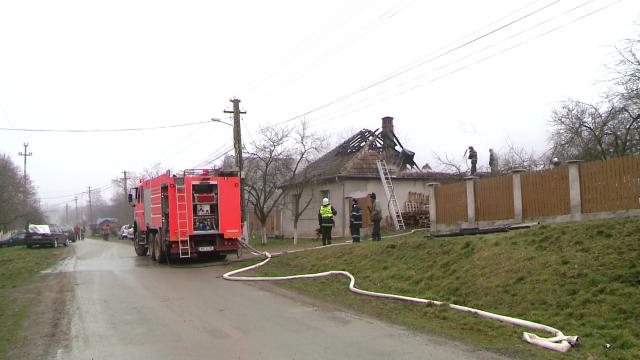 Incendiu la o casa din judetul Timis. Acoperisul a fost distrus aproape in intregime. FOTO - Imaginea 9
