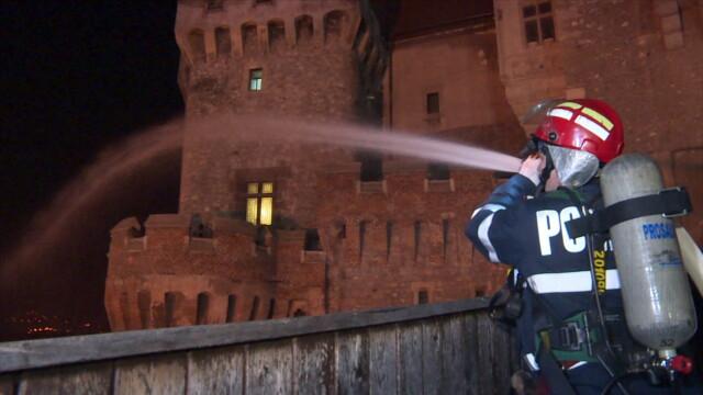 Incendiu la Castelul Corvinilor. Din fericire, a fost vorba doar despre un exercitiu al pompierilor din Hunedoara. FOTO - Imaginea 1