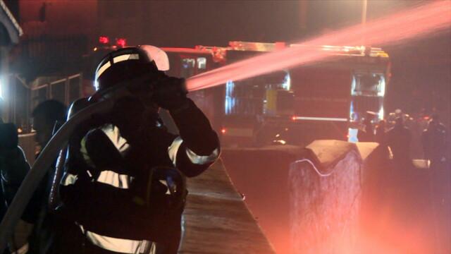 Incendiu la Castelul Corvinilor. Din fericire, a fost vorba doar despre un exercitiu al pompierilor din Hunedoara. FOTO - Imaginea 2