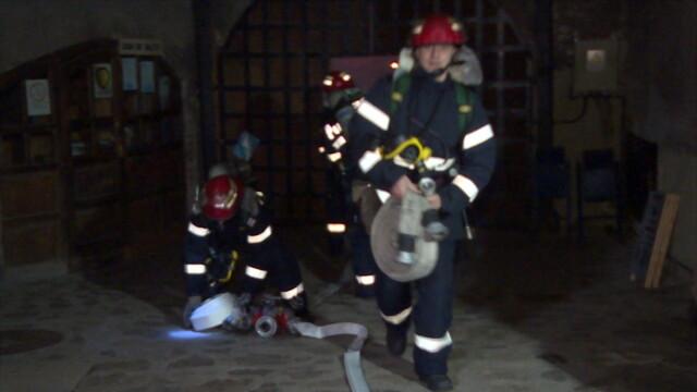 Incendiu la Castelul Corvinilor. Din fericire, a fost vorba doar despre un exercitiu al pompierilor din Hunedoara. FOTO - Imaginea 3