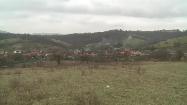 Un sat intreg e sub sechestru in Arad. Schema prin care o singura familie a pus mana pe 8.000 de hectare, cu tot cu case