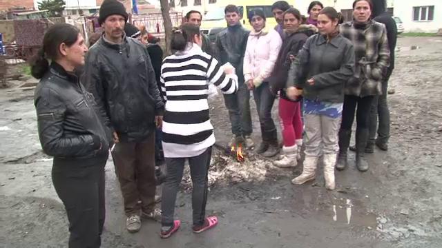 Evacuate din bloc pentru neplata utilitatilor, 20 de familii si-au facut cort in fata imobilului. Risca sa ramana fara copii