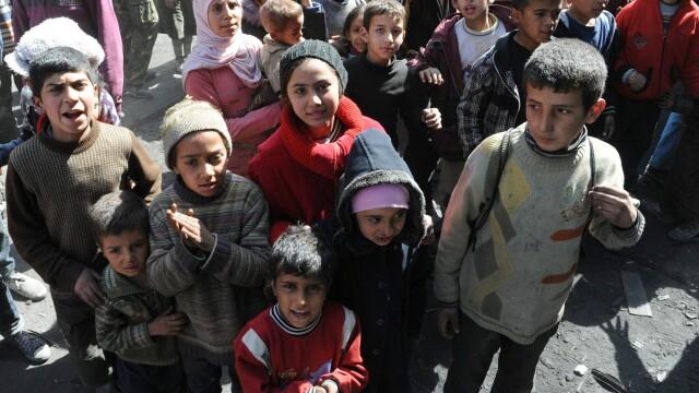 Poza care arata dimensiunea crizei umanitare din Siria. Coada nesfarsita pentru mancare intr-o tabara de refugiati din Damasc - Imaginea 2