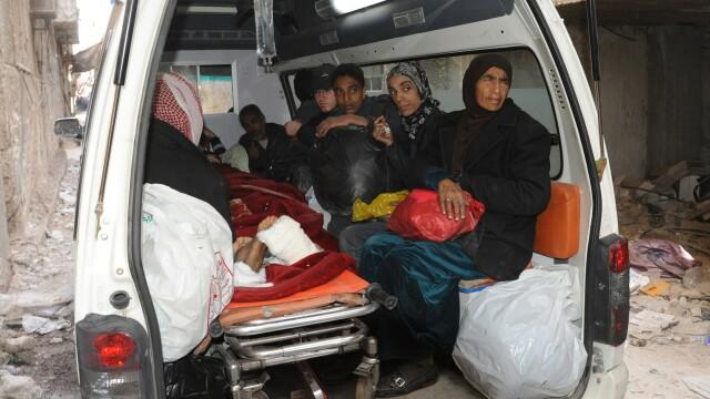 Poza care arata dimensiunea crizei umanitare din Siria. Coada nesfarsita pentru mancare intr-o tabara de refugiati din Damasc - Imaginea 4