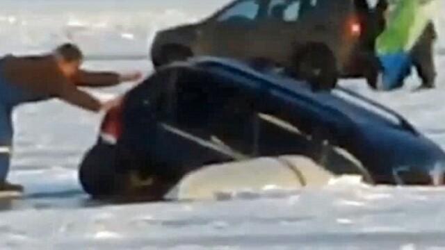 S-au dus la pescuit la copca si si-au vazut masinile inghite de apa. Experienta de groaza traita de cativa pescari rusi VIDEO - Imaginea 1