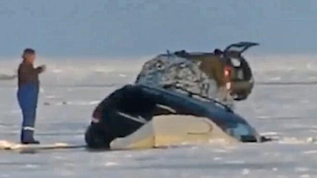 S-au dus la pescuit la copca si si-au vazut masinile inghite de apa. Experienta de groaza traita de cativa pescari rusi VIDEO - Imaginea 2
