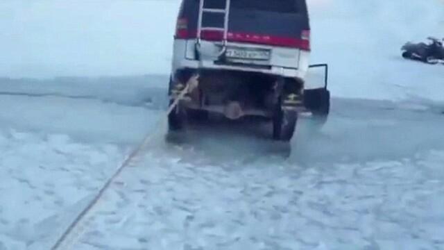 S-au dus la pescuit la copca si si-au vazut masinile inghite de apa. Experienta de groaza traita de cativa pescari rusi VIDEO - Imaginea 3