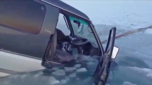 S-au dus la pescuit la copca si si-au vazut masinile inghite de apa. Experienta de groaza traita de cativa pescari rusi VIDEO - Imaginea 4