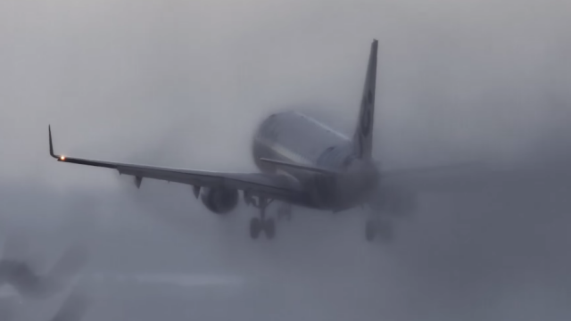 Cum aterizeaza un avion cand vantul bate cu peste 80 de km/ora, iar vizibilitatea e redusa: VIDEO