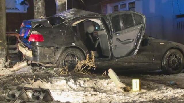 Accident in Bucuresti. Patru tineri au ajuns la spital dupa ce au intrat cu masina intr-un stalp