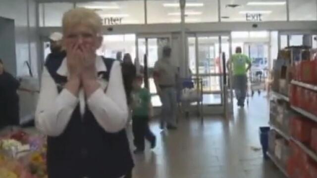 Momentul in care o femeie este ceruta in casatorie in public de fostul sot, la 43 de ani de la divort. VIDEO