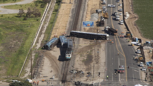 Grav accident feroviar in California. 28 de persoane au fost ranite dupa ce un tren a deraiat si s-a rasturnat