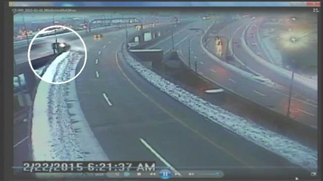 A cazut cu masina de pe un pod. Momentul a fost surprins de camerele de supraveghere