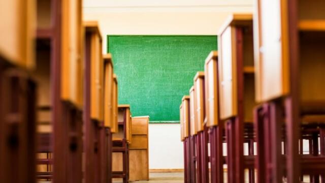 Doi tineri care au batut un elev in sala de clasa cu un grilaj metalic, condamnati la inchisoare