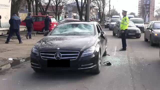 Violente in centrul orasului Galati. Mai multi indivizi au atacat in trafic doi barbati si le-au facut praf masina