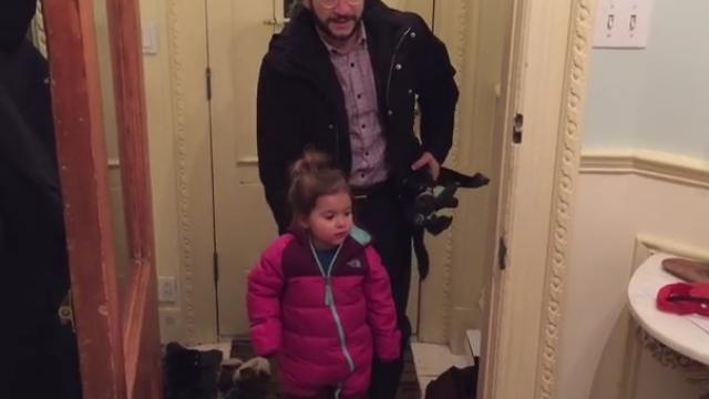 Trucul unui tata face furori pe internet. Cum isi descalta fetita de cizme fara sa-si foloseasca mainile. VIDEO