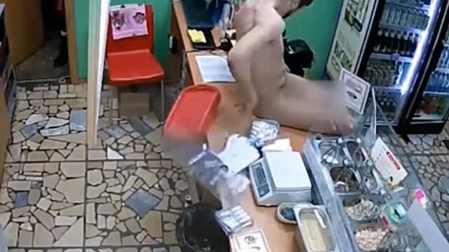 Un barbat gol a intrat intr-o cafenea si i-a cerut chelneritei sa-l omoare. Ce s-a intamplat in urmatoarele momente