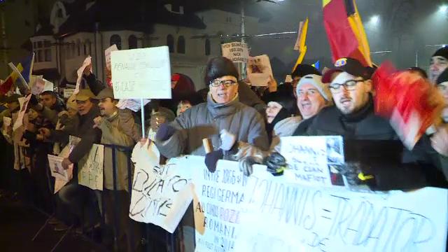 A doua zi de proteste la Cotroceni. 2.500 de oameni au cerut demisia presedintelui si a sefei DNA: \