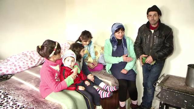 Situatie grea pentru o familie cu cinci copii din Iasi, dupa ce casa le-a ars in preajma Craciunului. Stau toti intr-o camera